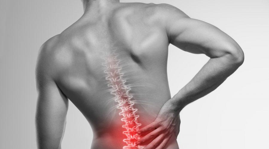 mann med smerte i rygg